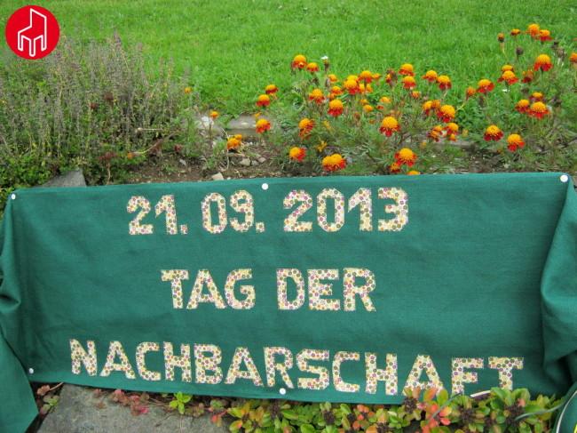 Ecke Waldenburger Straße / Danziger Straße (1/3): Die Nachbarschaft hat erst am 07.09. ihr Eckenfest gefeiert - und macht trotzdem beim Tag der Nachbarschaften mit. Und das sogar mit eigenem Banner, kunstvoll bestickt von Renate Schmidt. Toll!