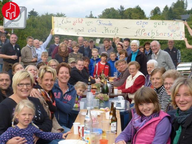 Auf der Knippe und Jägerstraße, Remblinghausen: 58 Nachbarn - ein leckeres Buffet - ein schönes Fest ... und das Banner ist auch ganz toll!